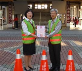 臺南郵局捐贈學校「螢光背心」、「三角錐」守護學童專案
