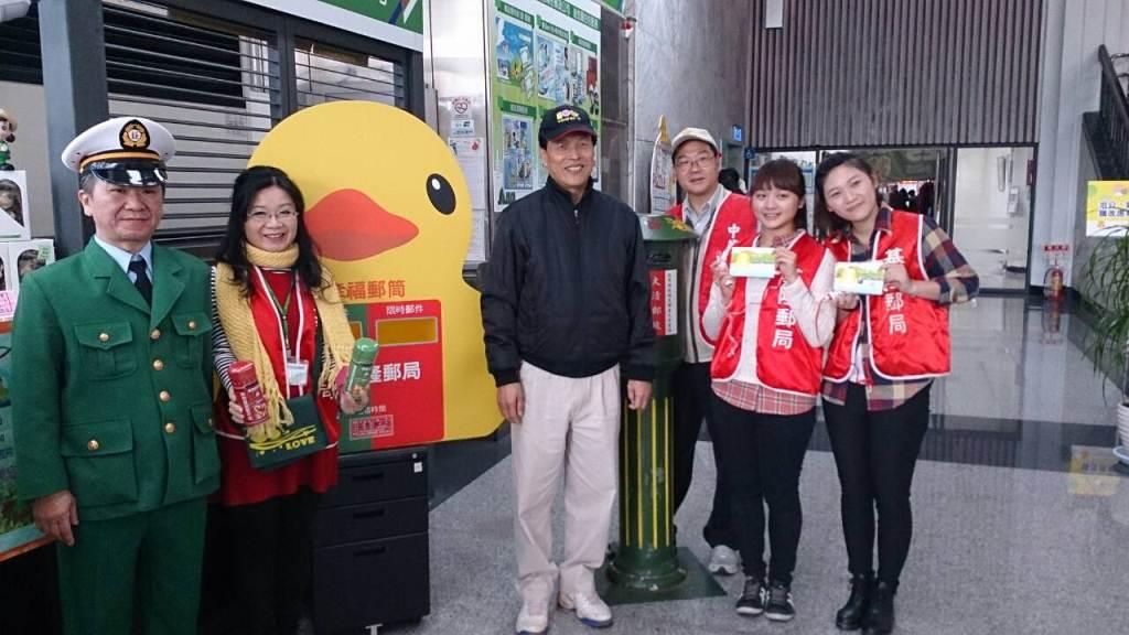 102.12.21~起,迎嬌客黃色小鴨,基隆郵局在基港大樓駐點設攤提供簡易服務