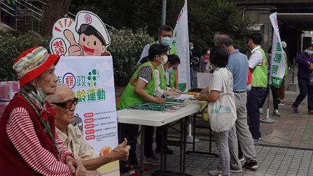 高雄郵局「樂齡運動」與社區長輩悠遊同樂