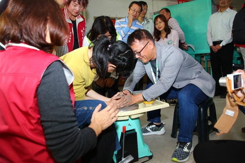 嘉義郵局助腦麻協會更新教學設備 點亮希望與愛