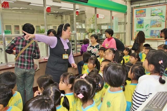 愛三路郵局營業廳,一群可愛的孩子,小小身影和童言童語的嘻笑聲,把愛三路郵局變得活潑可愛極了