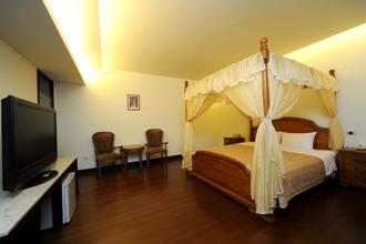 【蜜月套房】 和親密愛人/閨中密友泡在一起!  超大的湯池與溫暖浪漫的客房,讓您靜靜品味這一刻;健康概念的大床給您一整晚的甜蜜夢鄉。