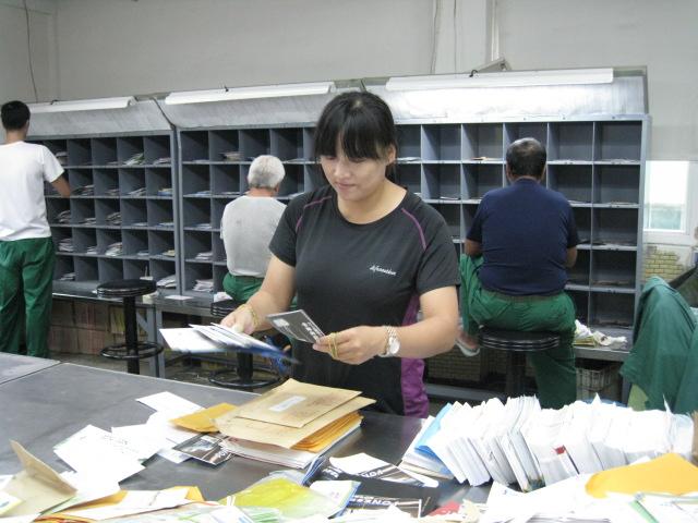 對於地址欠詳之郵件均能積極追查,利用管道試投成功,受顧客來電致意倍感窩心,有效提升郵人專業精神及企業形象。