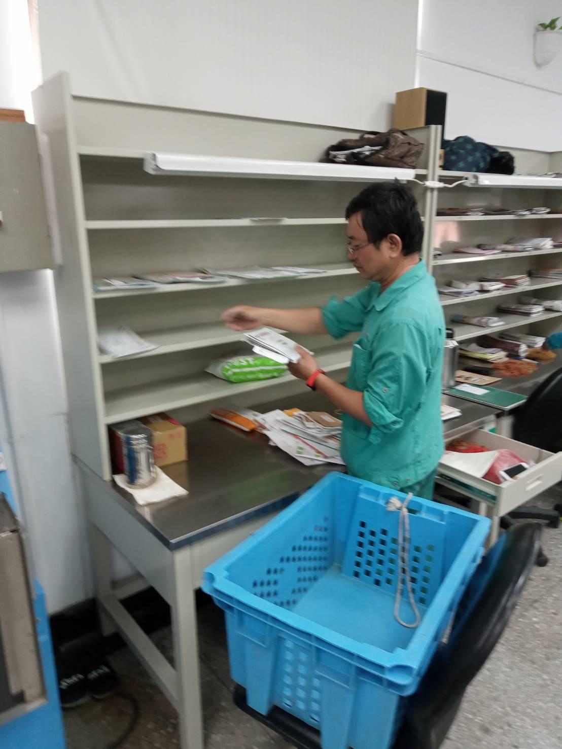 工作之餘推行郵政代售商品、簡易壽險,增進郵局業績。