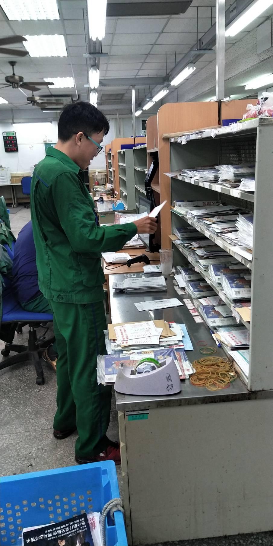 遇事有變通性,投遞途中若遇收件人不在家,該員會事先記下收件人上班地點,並商請其他同事將信件投至上班處,以提升郵局服務品質及工作效率。