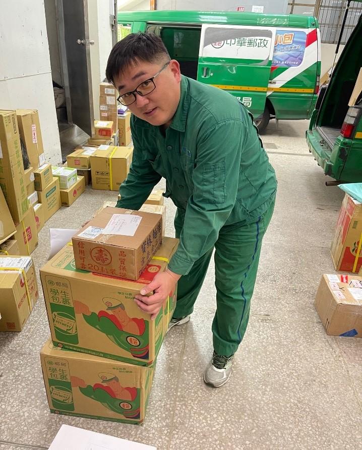 負責基隆郵局防疫口罩配送、分發、投遞,兼辦處理各藥局口罩異常事宜,盡職盡責。