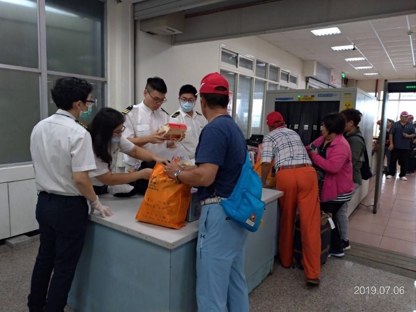 圖說:在澎湖對旅客手提行李進行檢查