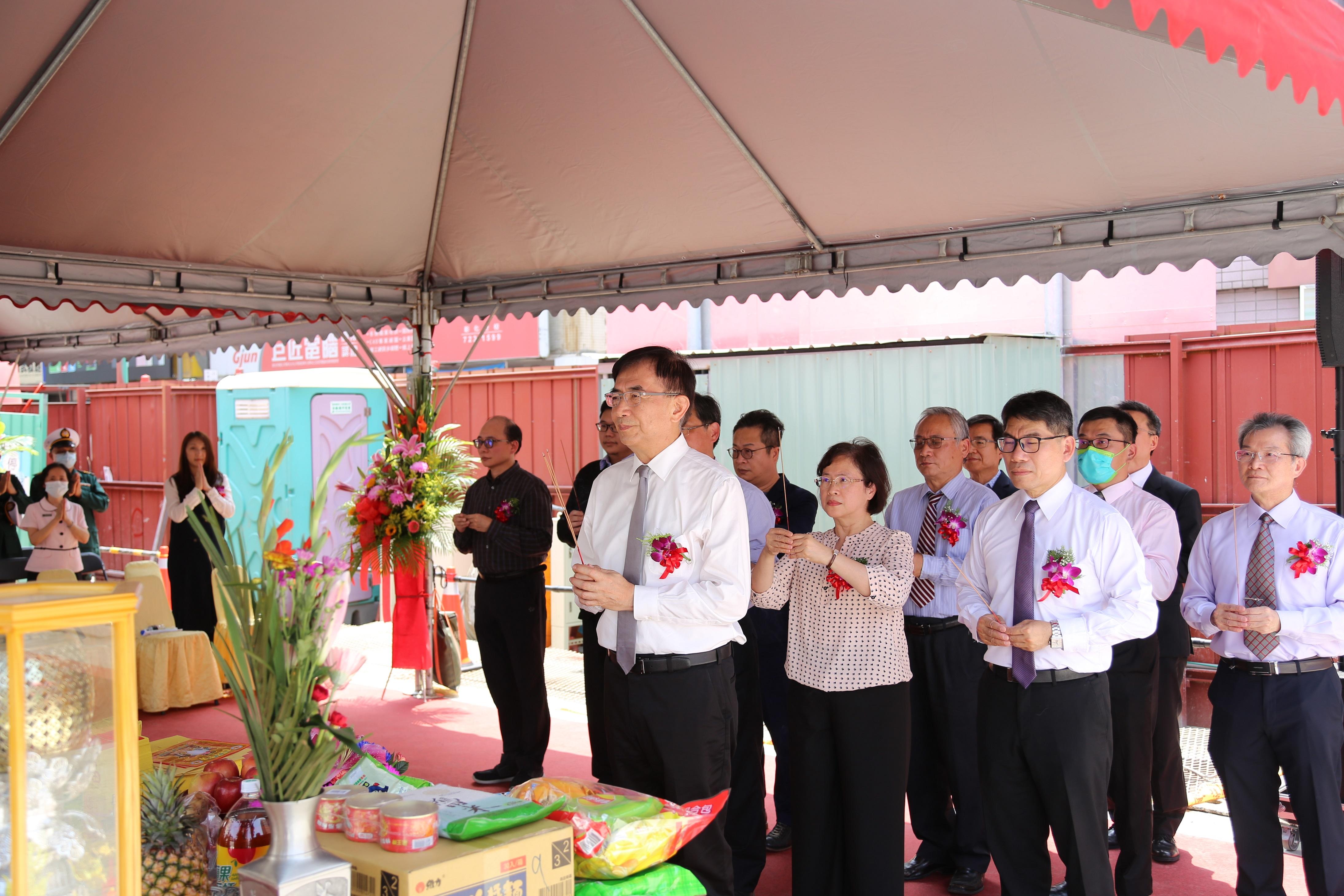 中華郵政公司董事長吳宏謀(前排)與多位貴賓共同上香祈福