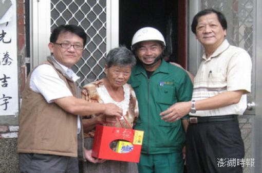 澎湖郵局吳信陵經理親赴受助的許姓老太太家中慰問