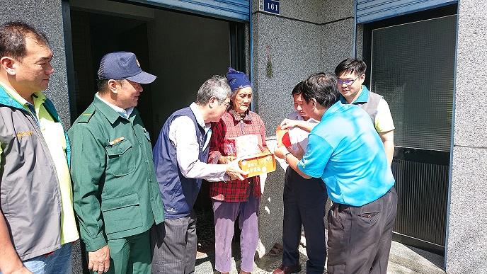 臺東郵局與台灣郵政協會共同舉辦關懷獨居長者公益活動
