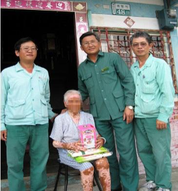 朴子郵局黃稽查才主協同投遞士前往探視獨居老人並致贈日常用品
