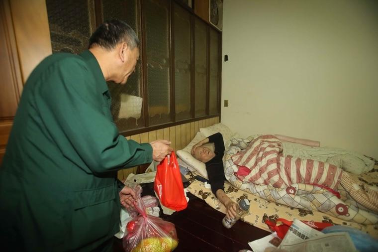 王炳杰稽查到獨居老人住處探訪。