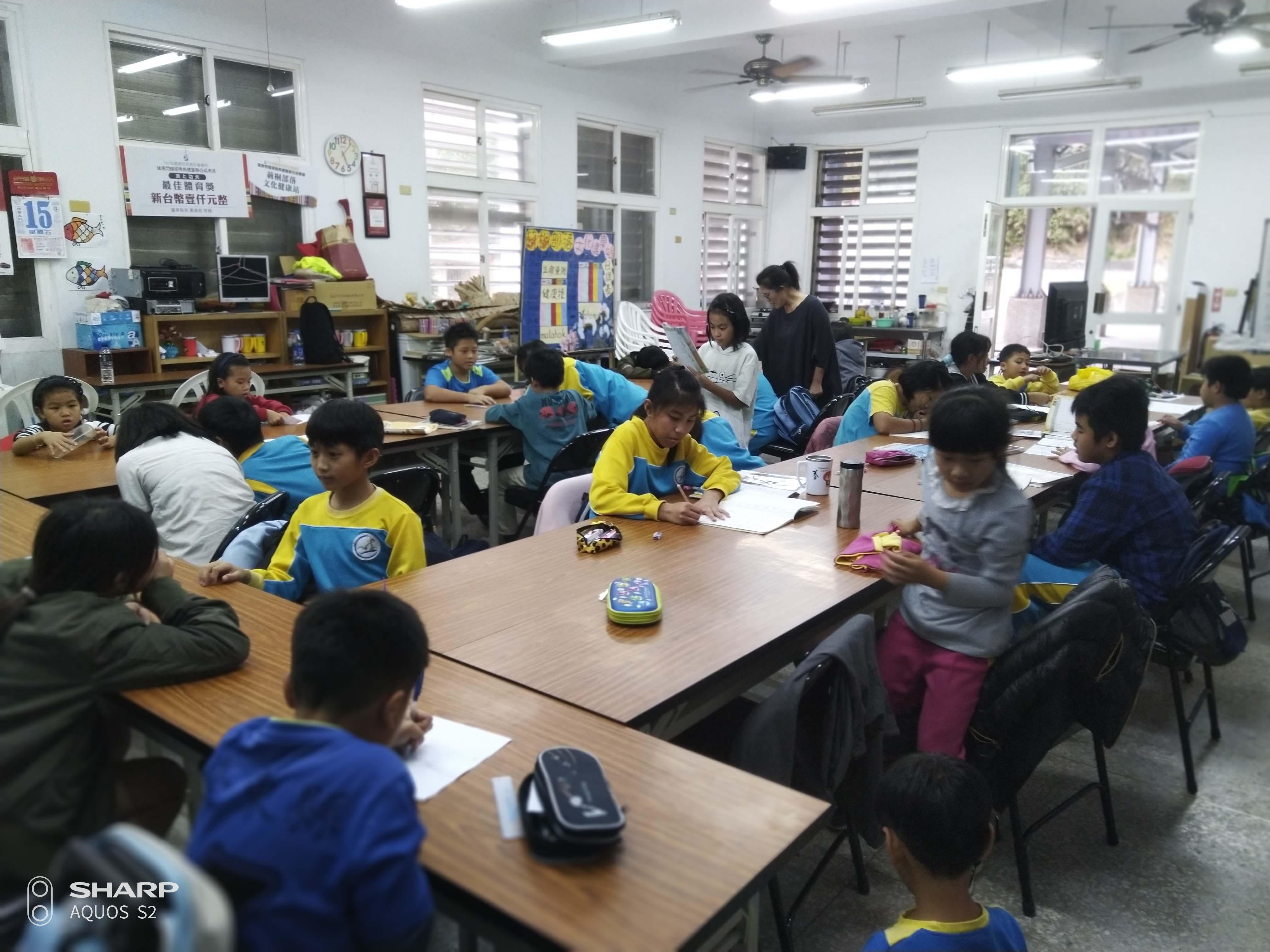 孩子們在書屋上課