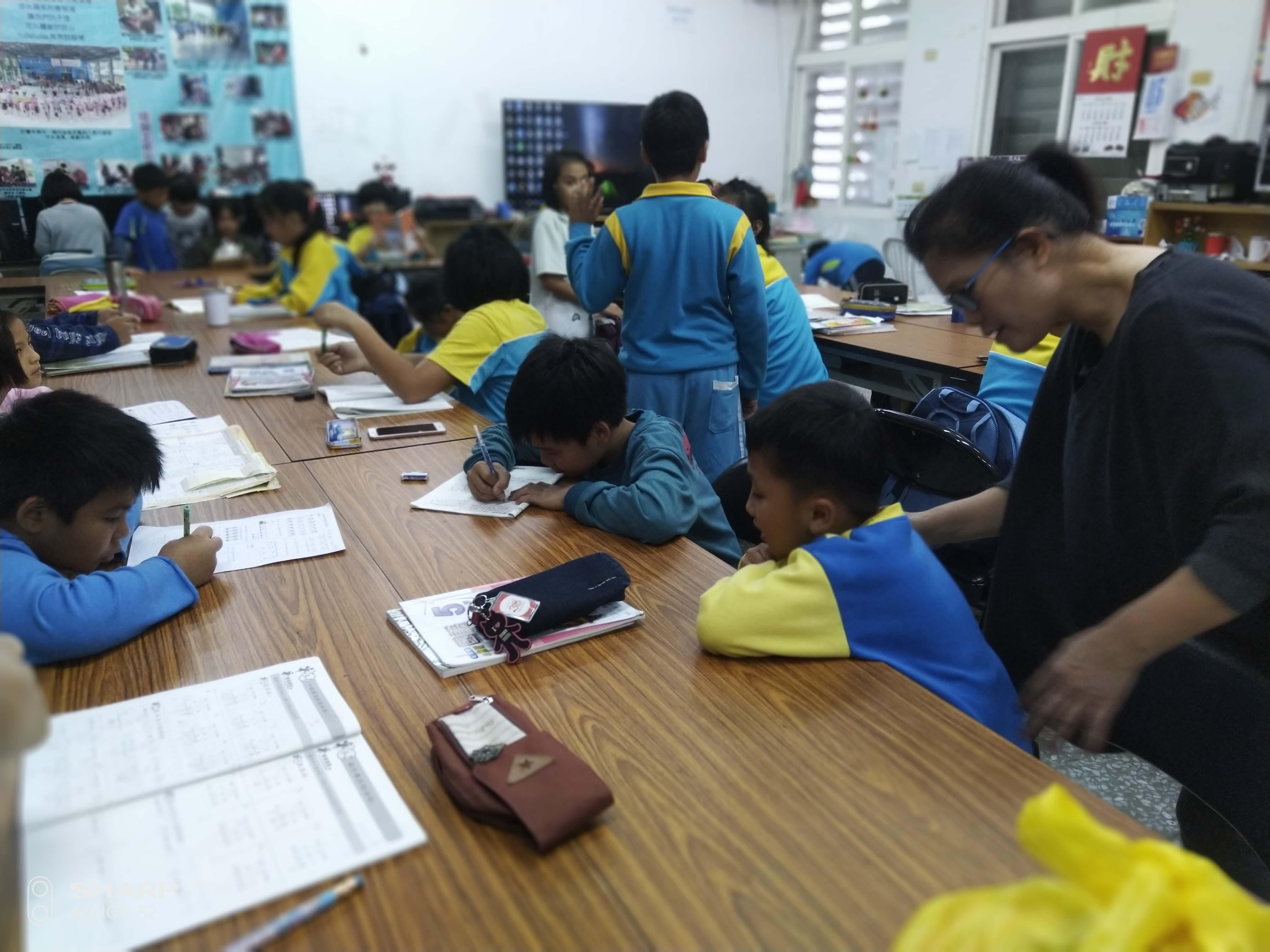 孩子們下課在書屋寫功課