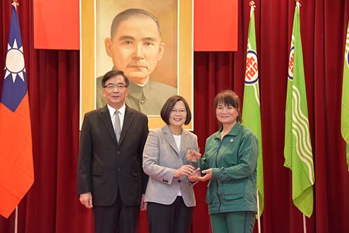 總統頒發獎項嘉勉郵政關懷獨居長者績優楷模