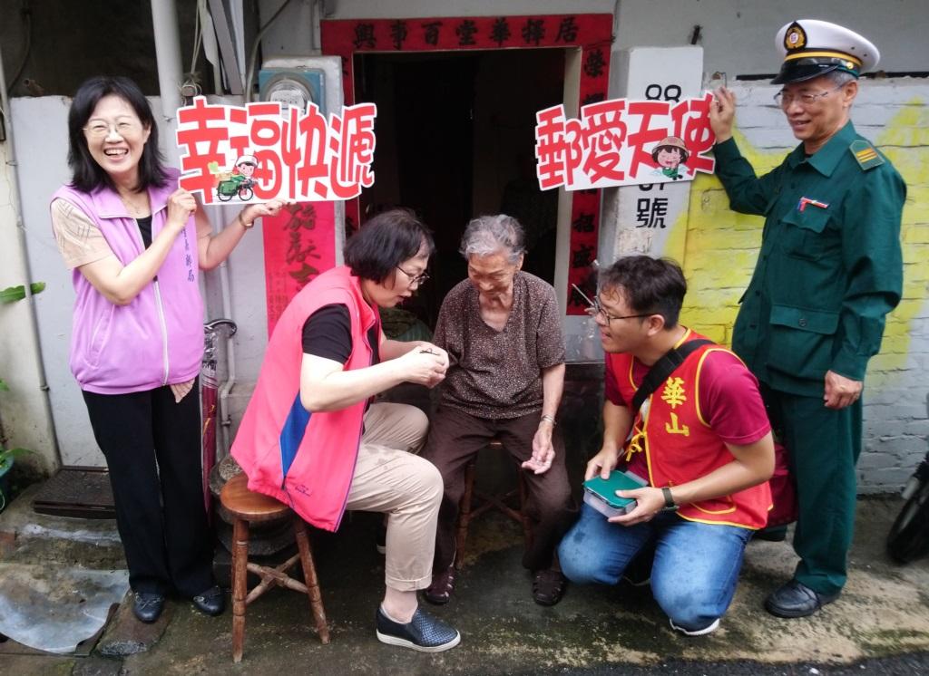 臺南郵局綠衣天使齊送華山端午關懷禮