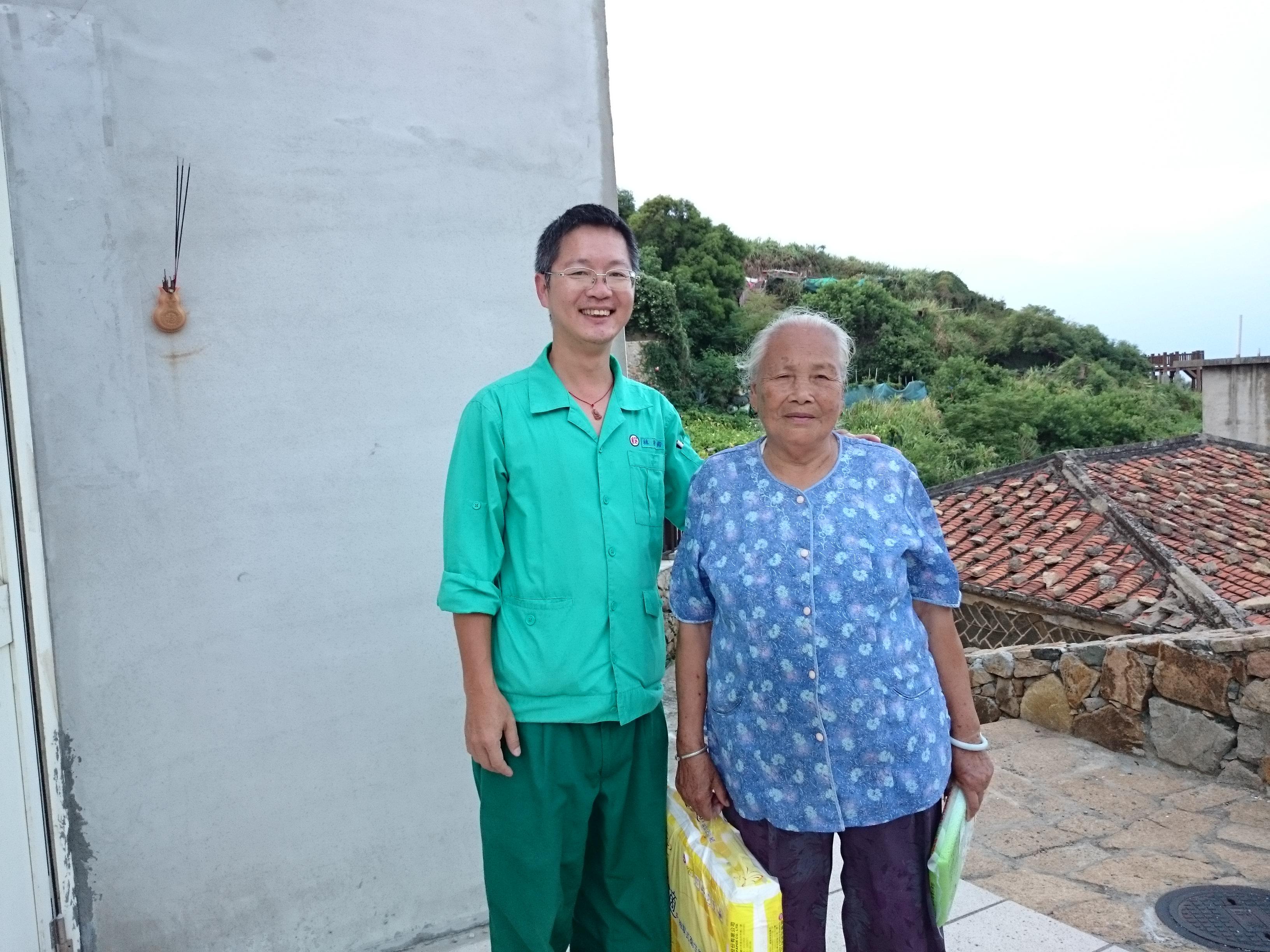 林松青稽查秉持著「以自身力量協助周遭有需要之人」的精神,長期利用公暇關懷30餘戶獨居長者及弱勢家庭,屢獲讚譽。